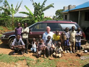 james-harkins-with-kenyan-orphans