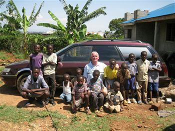 james-harkins-with-kenyan-orphans