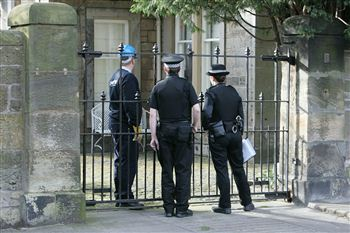03 POLICE at Fred Goodwin house