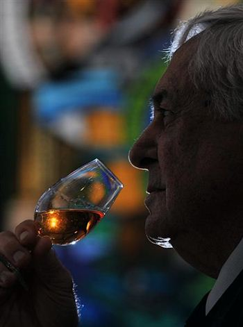 02largestwhiskycollection (Medium)