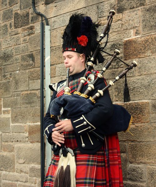 web-Bagpiper_in_Edinburgh_0