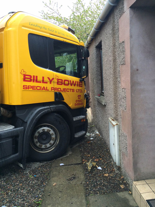 The lorry left a crack in the front of the house