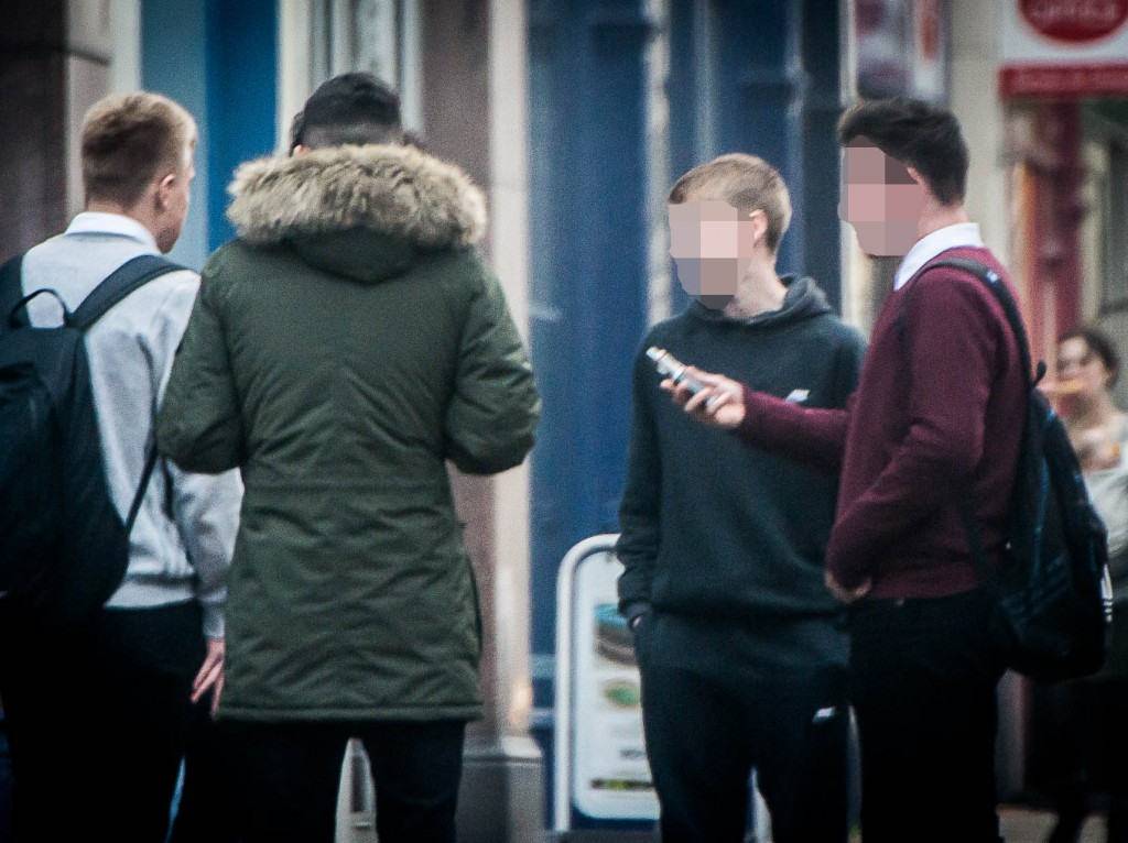 Teens vaping in Bruntsfield