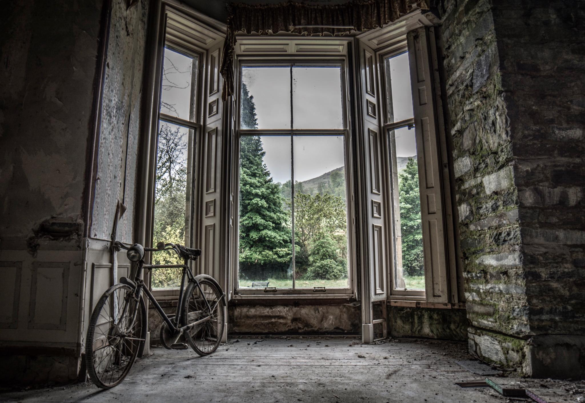 Stunning photos show abandoned mansion designed by famous