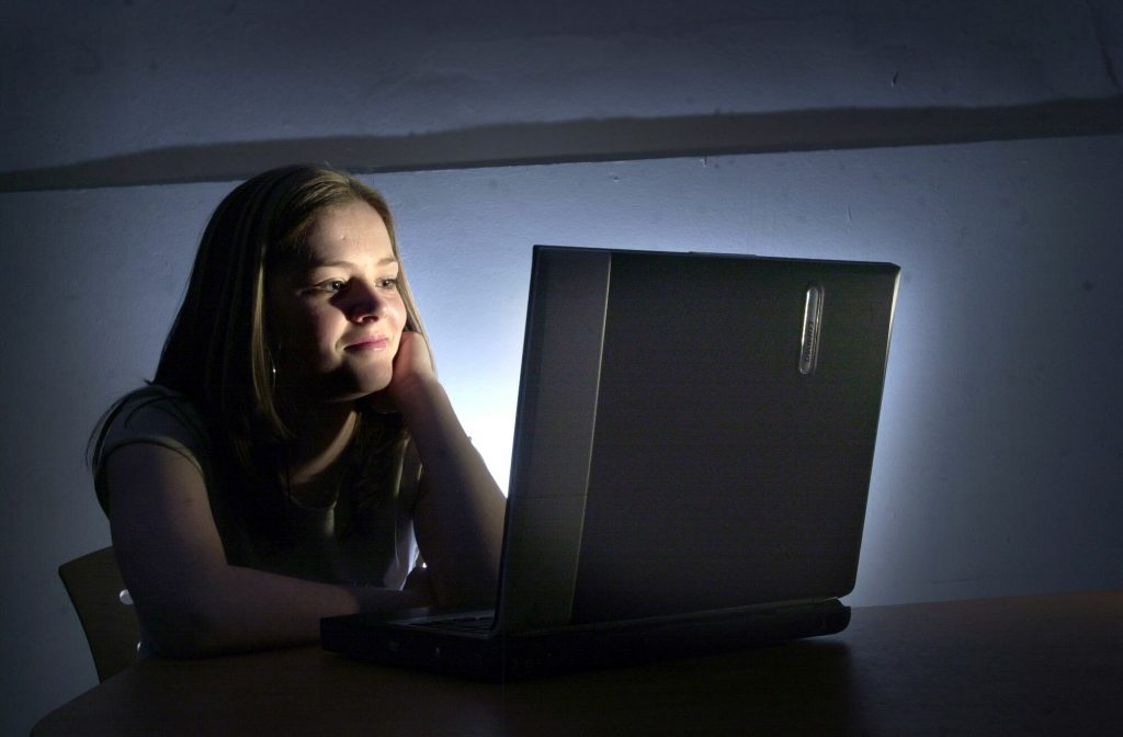 Women at Computer © DEADLINE NEWS