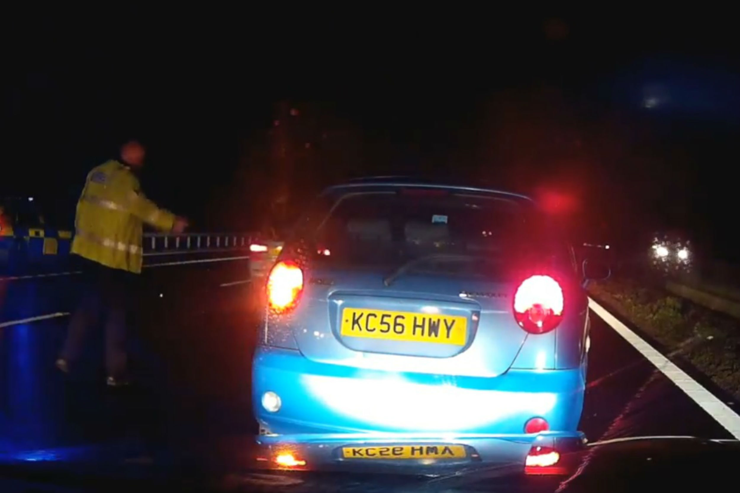 Shocking moment car pulled over by police stops - in lane