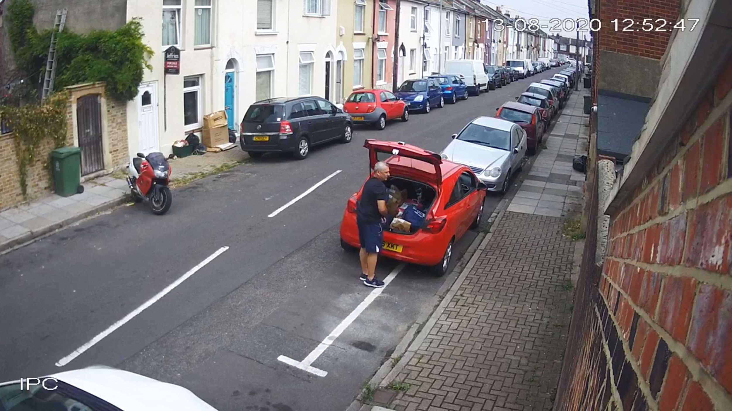 The amazon driver parked outside the garage- Viral Video News