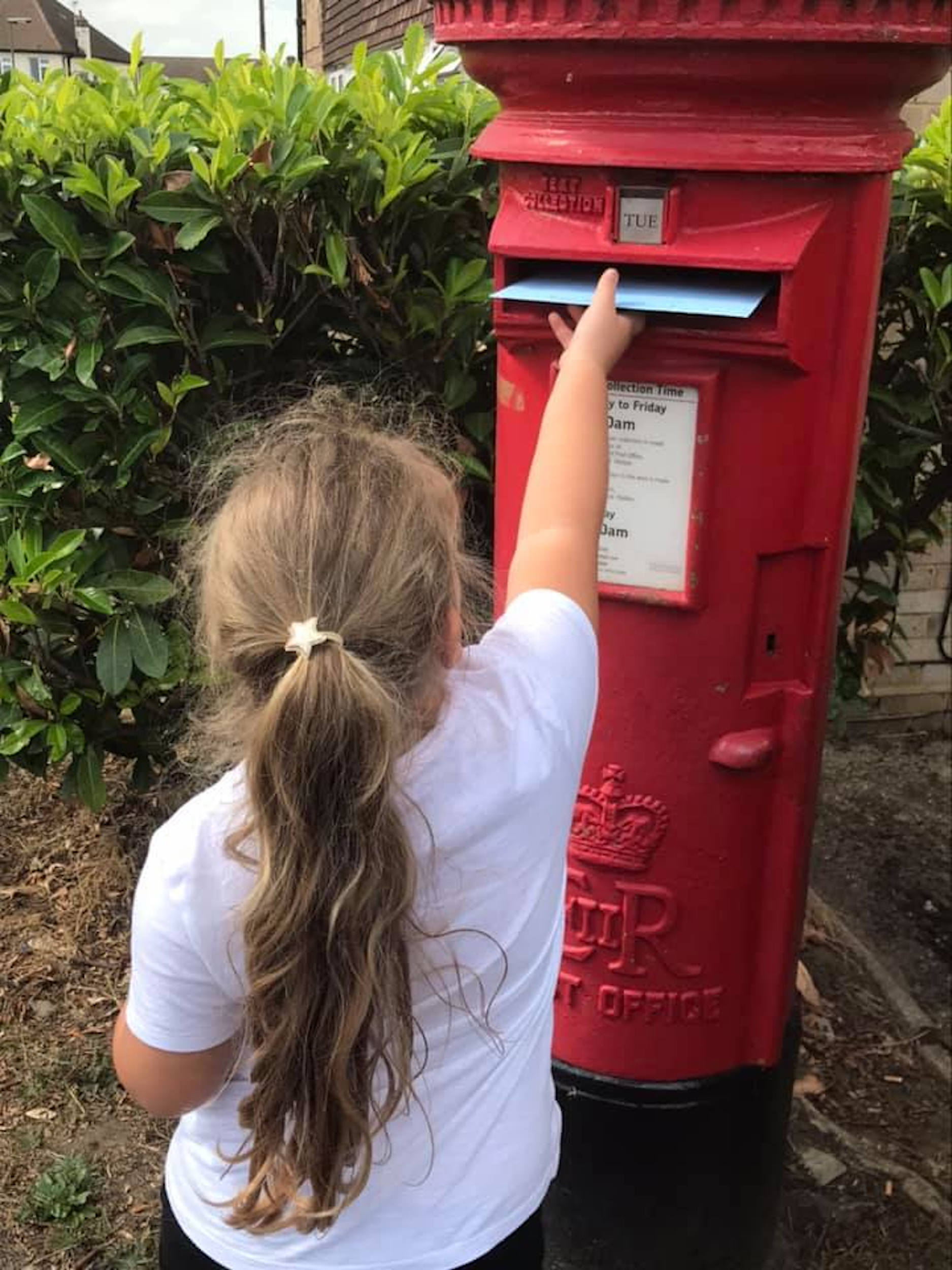 A picture of Navaeh posting her letter.-Viral News