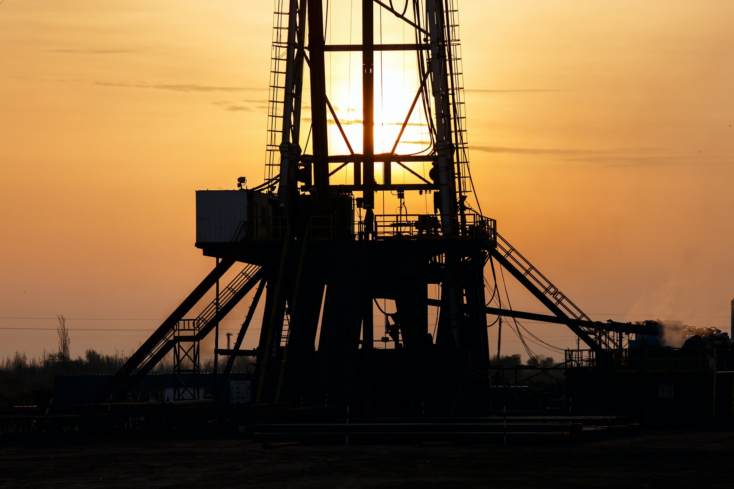 Image of an oil and gas rig - Business News UK