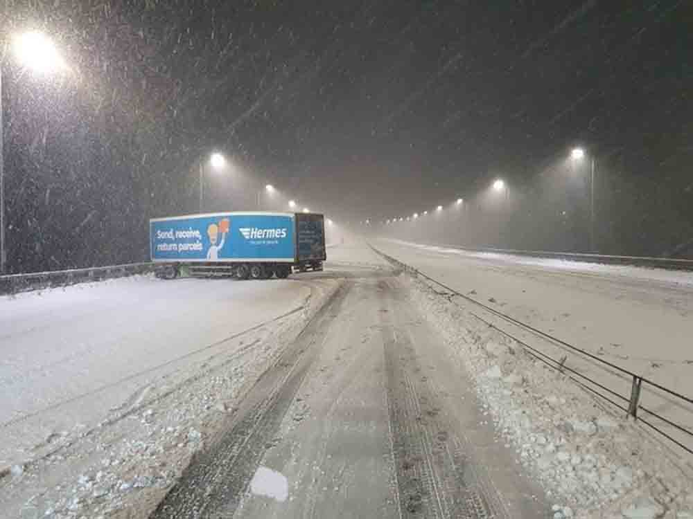 Images show Hermes lorry jack-knifed across motorway - Travel News