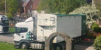 The lorry stuck on embankment Eridge road - Viral video news