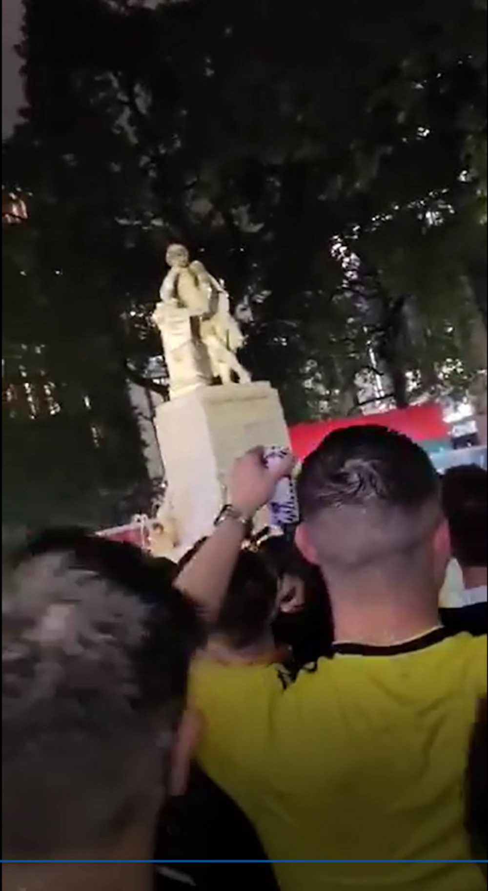 Scots fans sing at the statue - Scottish Sports News