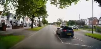 The black vehicle comes out of nowhere - Traffic News UK