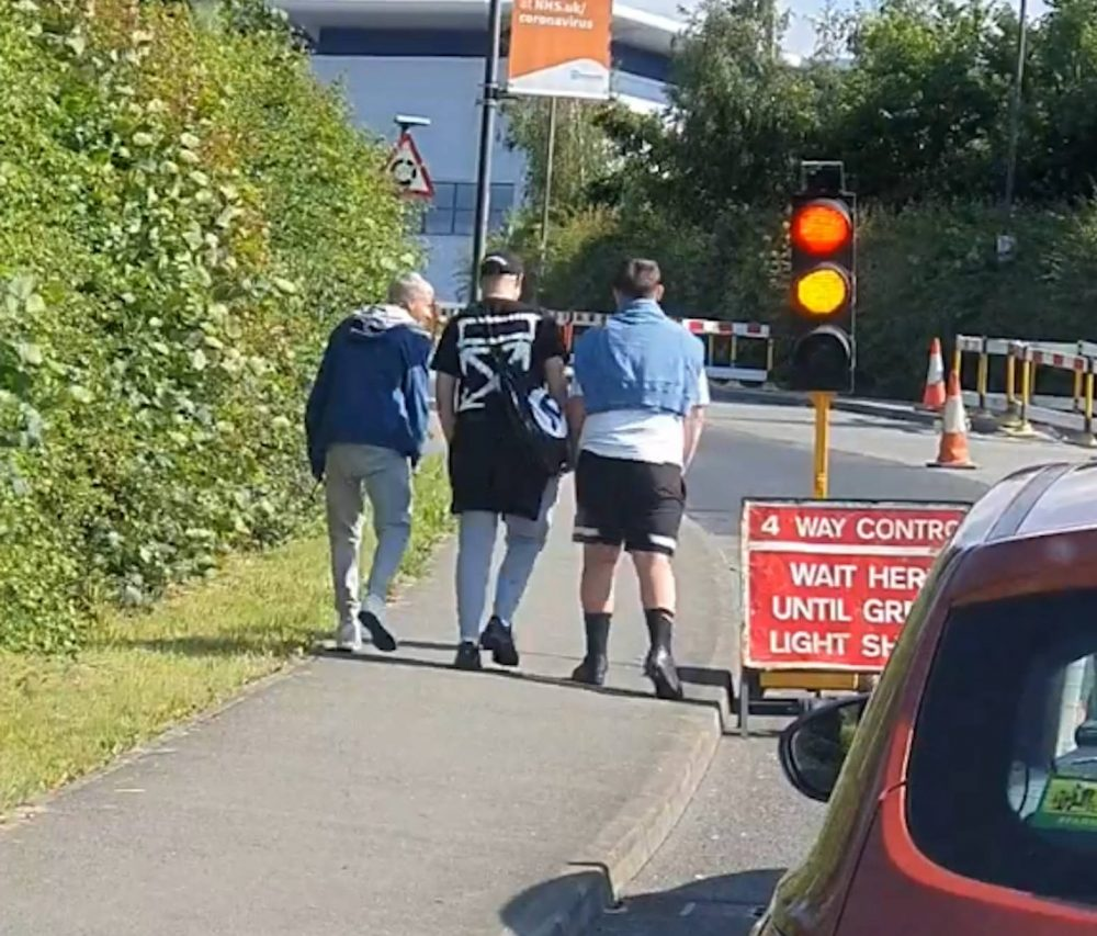 The three lads waiting on the red light | Traffic News UK