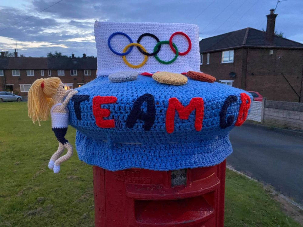 The knitted postbox topper - Sports News UK